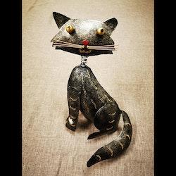 Katt i hamrad plåt