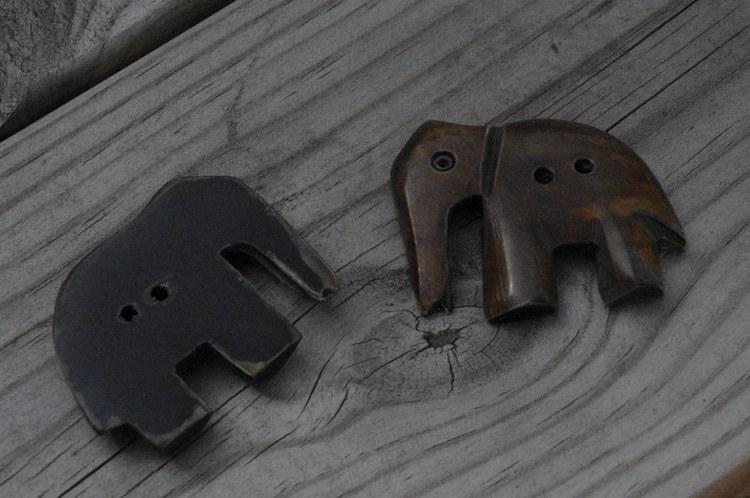 Knapp, Elefant i horn. Längd ca 4,5 cm. Höjd ca 3,5 cm.