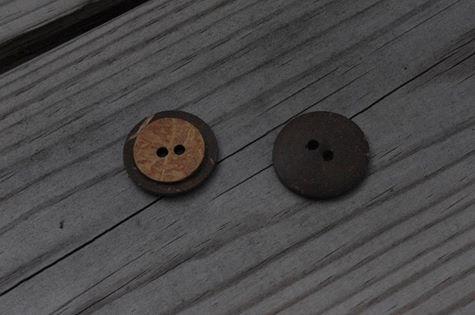 Rund kokosknapp. Ca 2,3 cm i diameter.