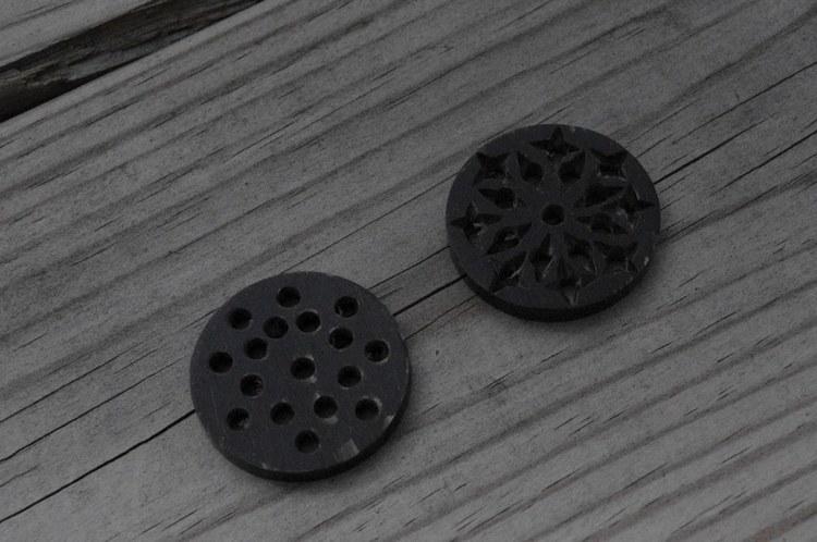 Rund knapp i horn. Ca 3 cm i diameter