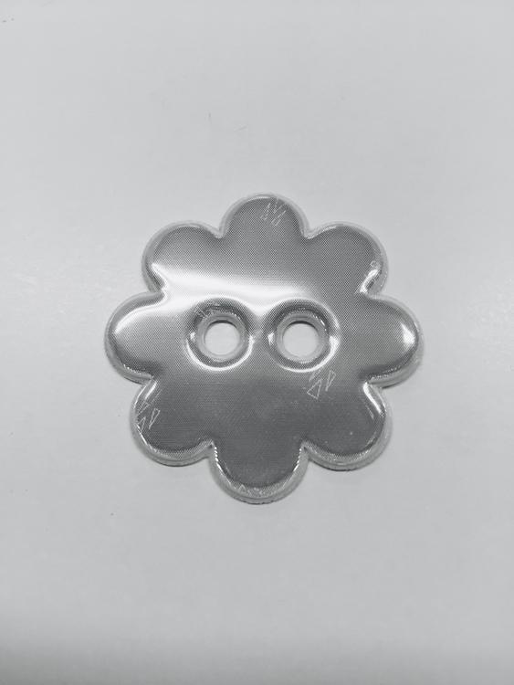 Tunn och smidig reflexknapp som kan användas på vantar, mössor, kläder mm. 40 mm i diameter.
