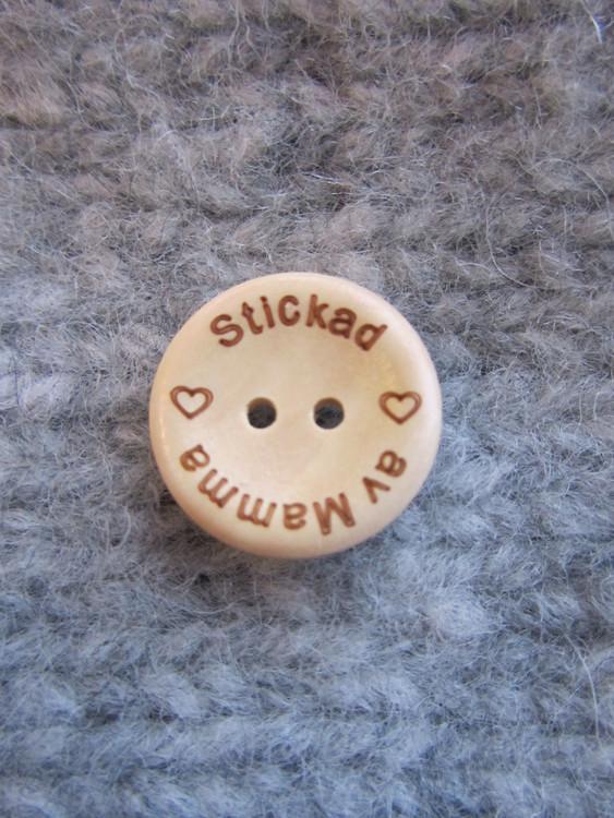 Stickad av mamma.... Det här en knapp med mycket kärlek i och den ska du så klart sätta på alla stickade alster till dina barn.