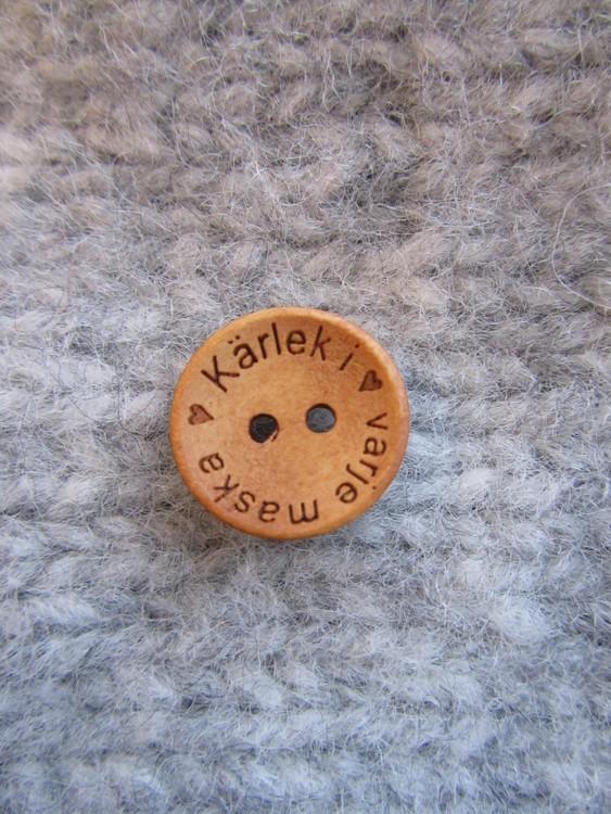 Kärlek i varje maska... Så klart ska du sätta den här knappen på det stickade plagget till ditt barn, barnbarn eller någon annan du tycker mycket om. Knappen har två hål och är 18 cm i diameter.