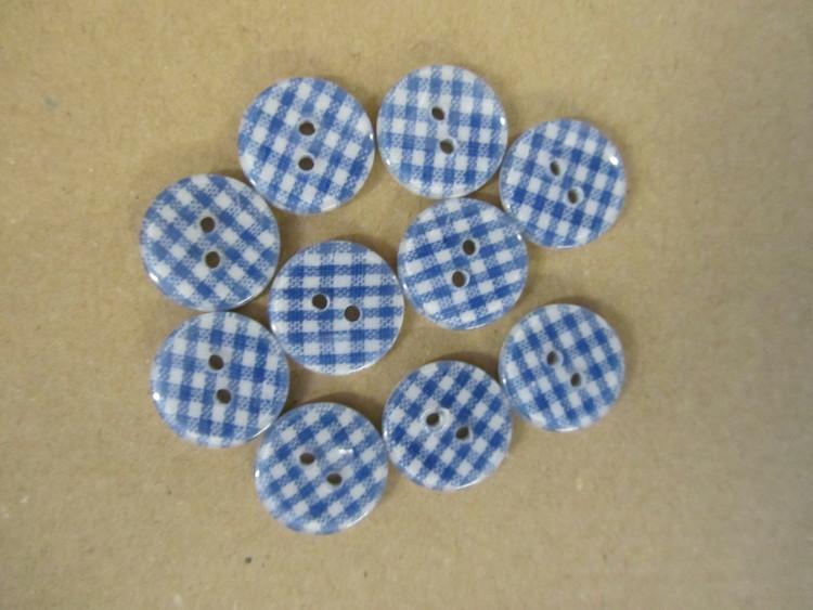 Rund, blårutig knapp med två hål. Storlek 18 mm