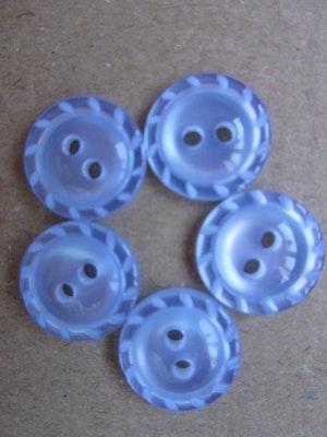 Ljusblå knapp med två hål - 14 mm