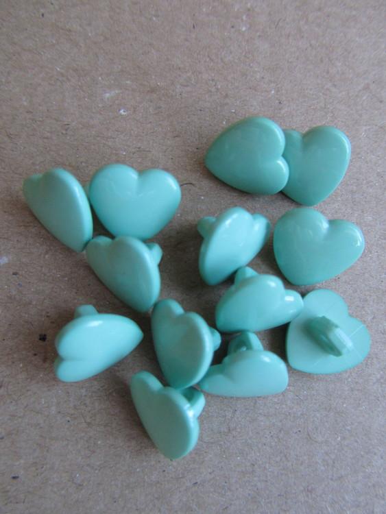 Mintgrön knapp Hjärta. Undersydd. Storlek 10 mm.