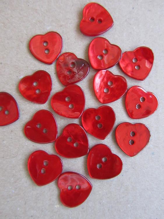 Röd pärlemorknapp Hjärta.  Två hål. Storlek 24 mm.