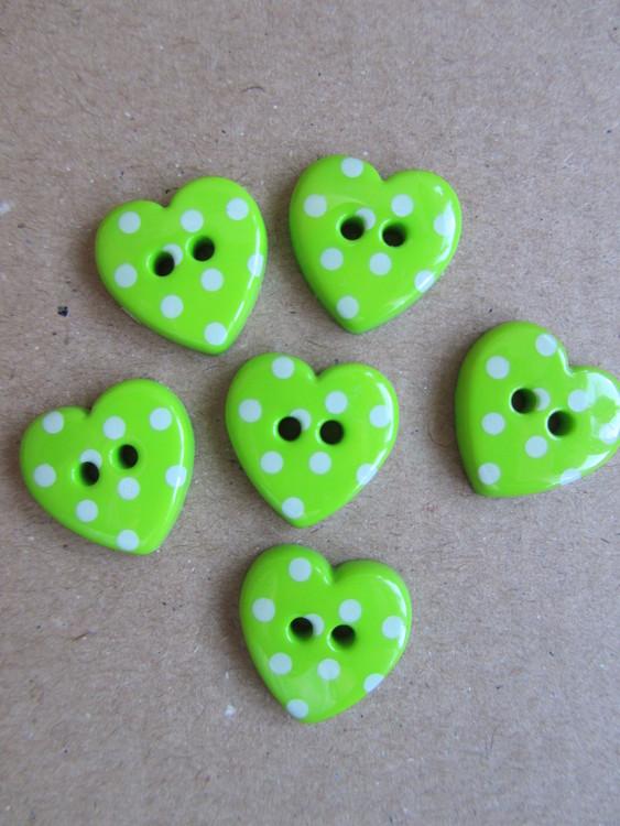 Grön knapp Hjärta med vita prickar. Två hål. 24 mm.
