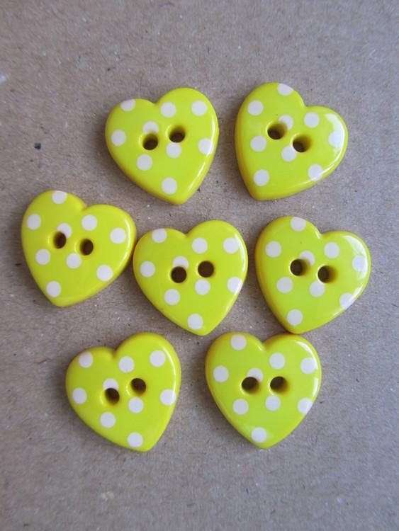 Gul knapp Hjärta med vita prickar - 24 mm