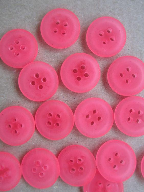 Ceriserosa knapp med två hål. Storlek 28 mm.