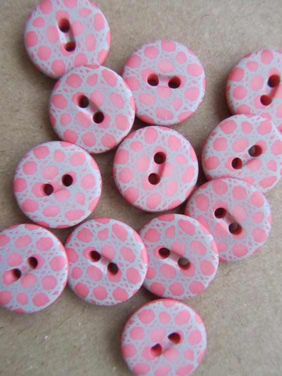 Rosa knapp med mönster. Två hål. 16 mm.
