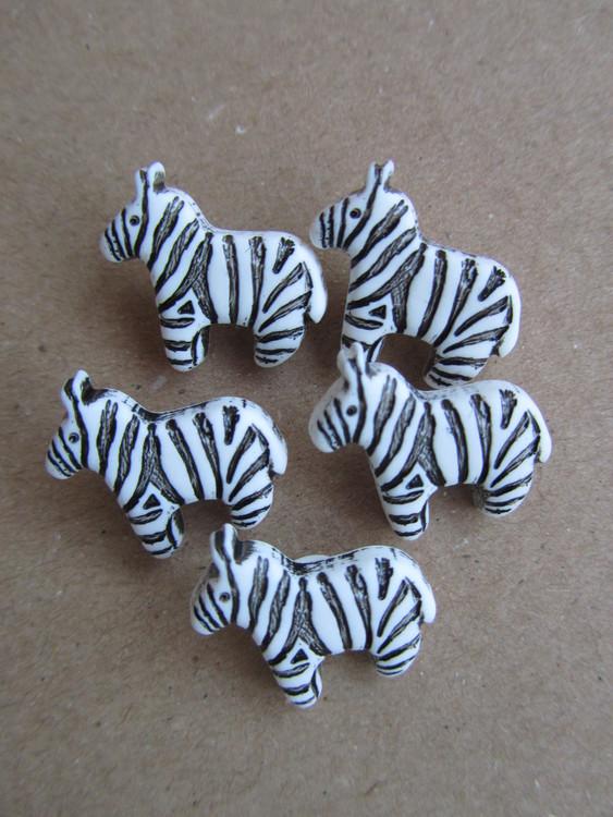 Knapp Zebra. Undersydd. Storlek 18 mm.