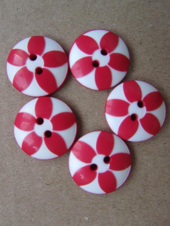 Röd och vit knapp med blomma. Två hål.15 mm.