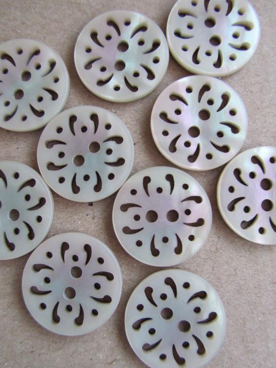 Beige knapp med pärlemorglans. Två hål. 18 mm.