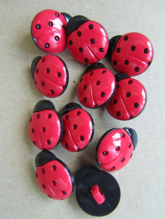 Röd och svart knapp med Nyckelpiga - 18 mm