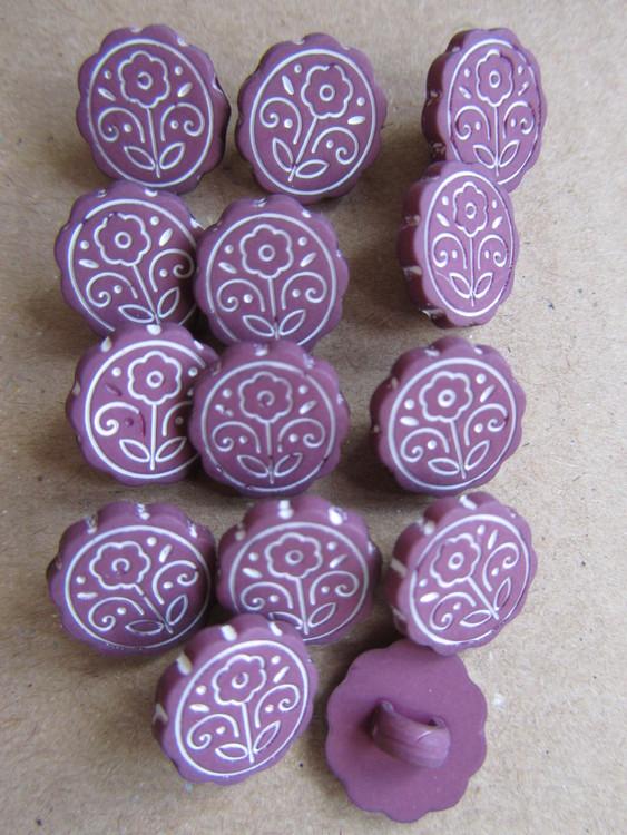 Lila knapp med mönster. Undersydd. Storlek 12 mm.