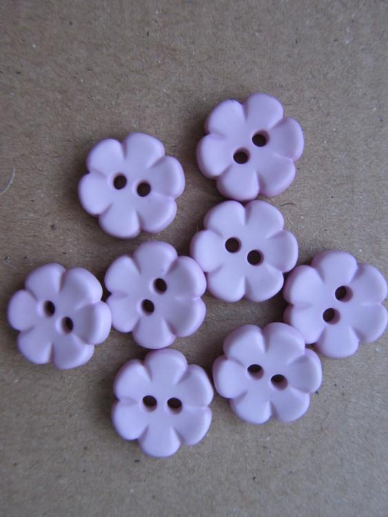 Lila knapp Blomma. Två hål. Storlek 14 mm.