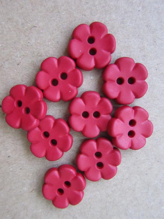 Röd knapp Blomma. Två hål. 14 mm.