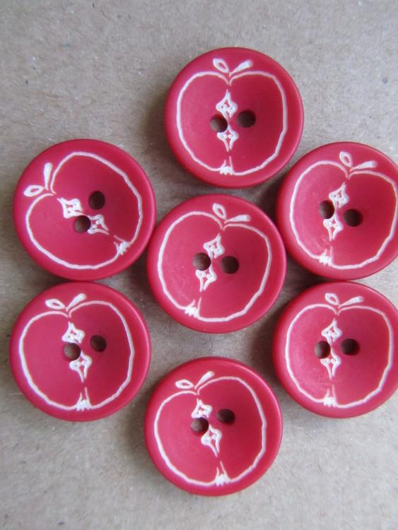 Röd knapp med Äpplen. Två hål. Storlek 15 mm.