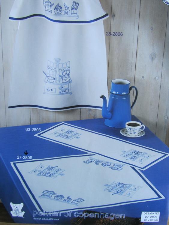 """""""Blått kök"""" är en riktigt vacker och klassisk duk till köksbordet. Storlek 66 x 66 cm. Permin art nr 27-2806."""