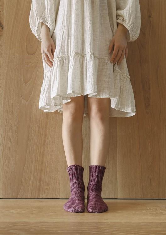 Tema 64 - Nr. 4 - Sokker i glattstrikk fra tåen, strikket i Perfect Superwash eller KlompeLompe Spøt