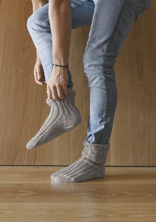 Tema 64 - Nr. 3 - Sokker i ribb, strikket i KlompeLompe Spøt eller Perfect Superwash  Vanskelighetsgrad: ** Enkel