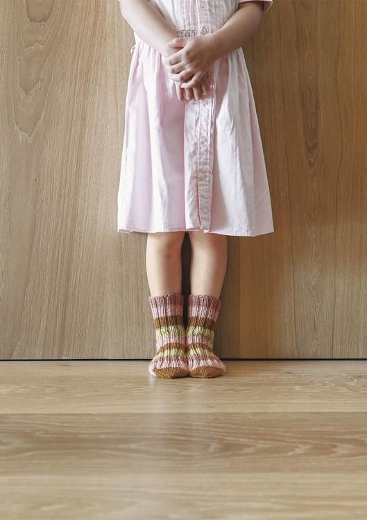 Tema 64 - Nr. 2 - Sokker med striper, strikket i Perfect Superwash eller KlompeLompe Spøt