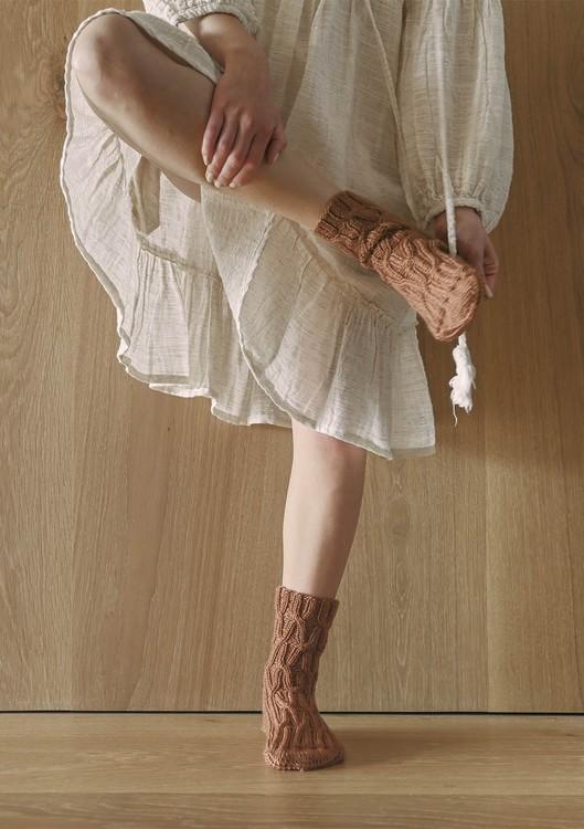 Tema 64  - Nr. 1 - Sokker med fletter, strikket i Perfect Superwash eller KlompeLompe Spøt  Vanskelighetsgrad: *** Middels