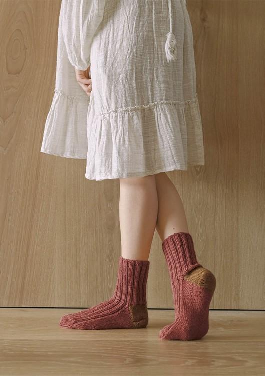 Tema 64 - Nr. 7 - Sokker i 2 farger, strikket i Perfect Superwash eller Spøt  Vanskelighetsgrad: ** Enkel