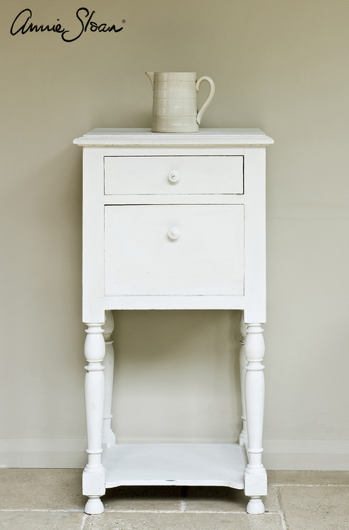 Sängbord målat med Annie Sloan Chalk Paint Old White