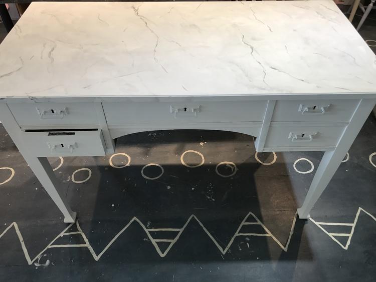 Skrivbord med marmorerad skiva