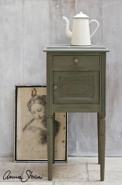 Sängbord målat med Annie Sloan Chalk Paint Olive