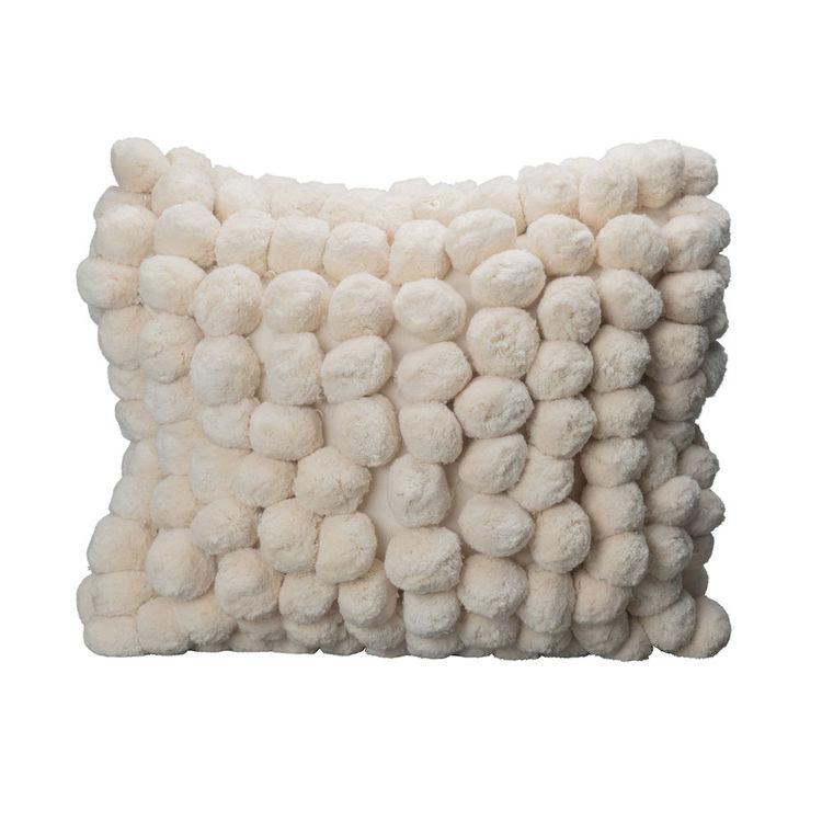 Härlig pompom kudde från ByON. Exklusiv kudde med pompoms. Innerkudde ingår.