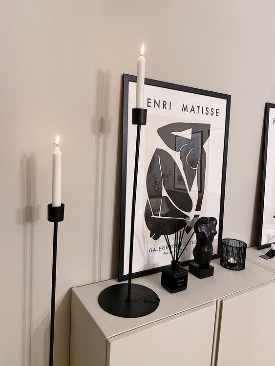 4 stycken moderna, exklusiva golvljusstakar i svart. Finns i fyra storlekar. Passar till både kronljus och värmeljus.