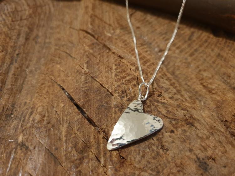 Silverhalsband hamrat hjärta