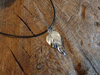 Silverhalsband löv