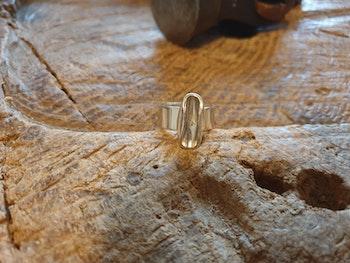 Silverring med avlång detalj