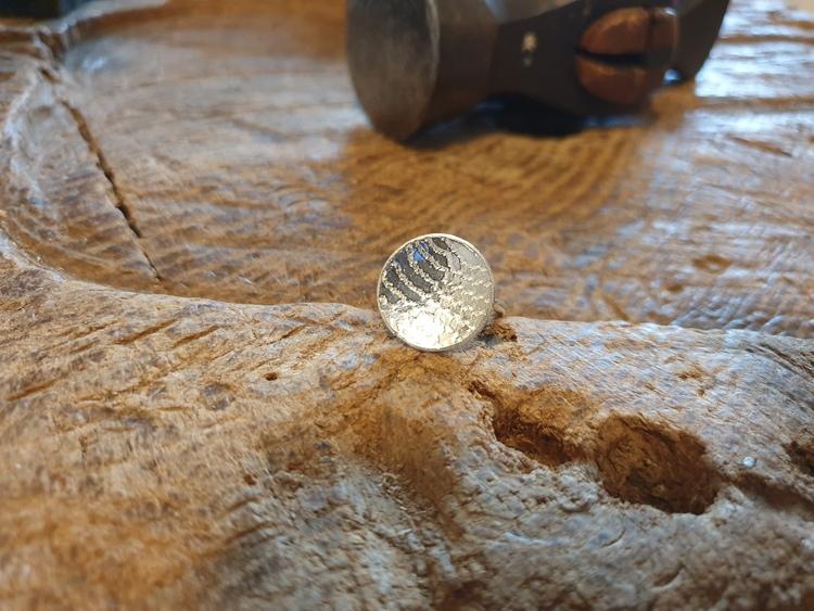 Silverring med mönster
