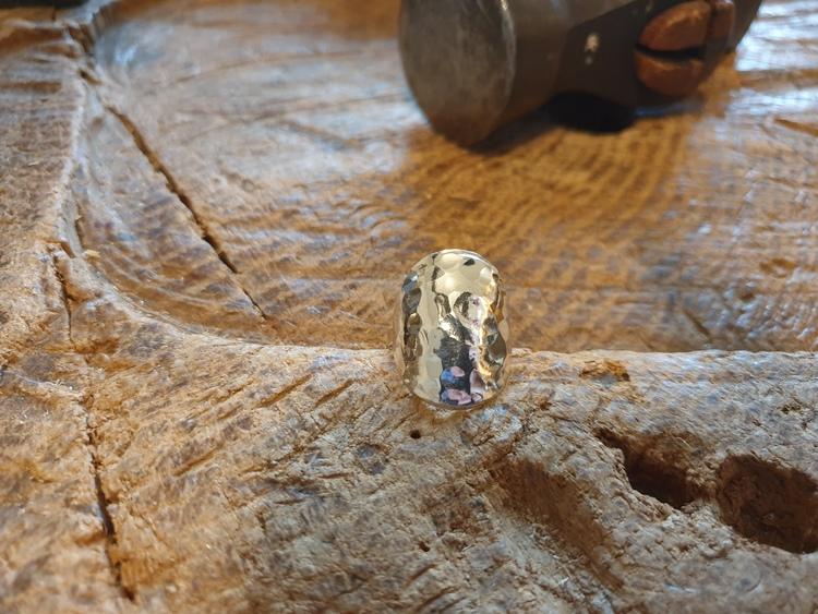 Silverring med hamrad oval