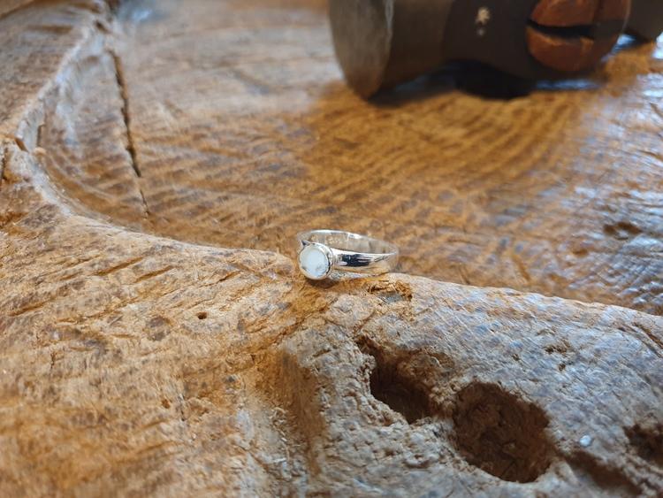 Silverring med halv kula