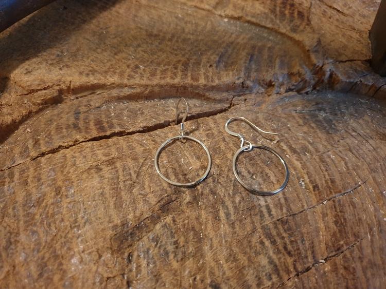Silverörhängen en ring