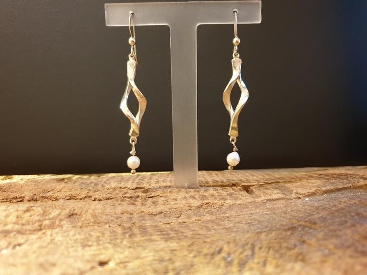 Silverörhänge med pärla
