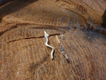 Silverörhänge tråd i vinkel