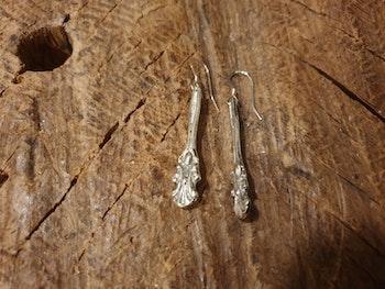 Bestickörhänge liten lilja