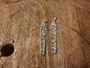 Bestickörhänge mycket fint mönster