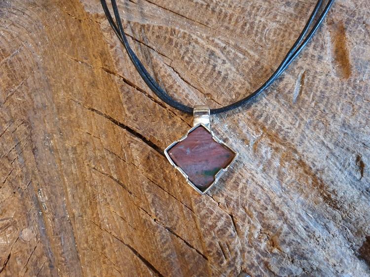Silverhalsband med fyrkantig sten