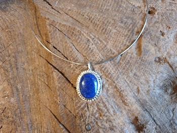 Silverhalsband med lapis lazuli