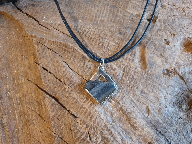 Silverhalsband trekantig sten