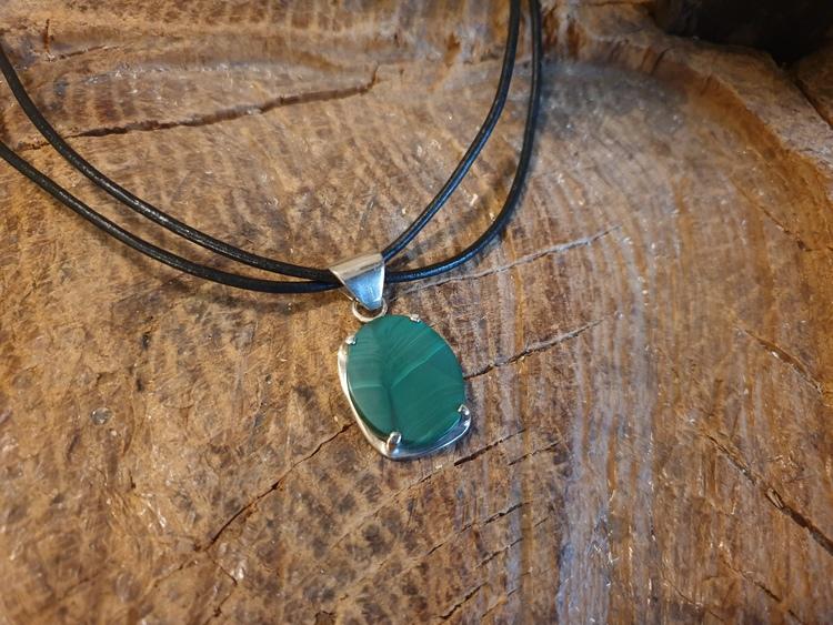 Silverhalsband med grön sten