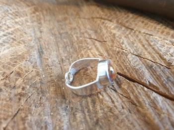 silverring med brunmelerad sten